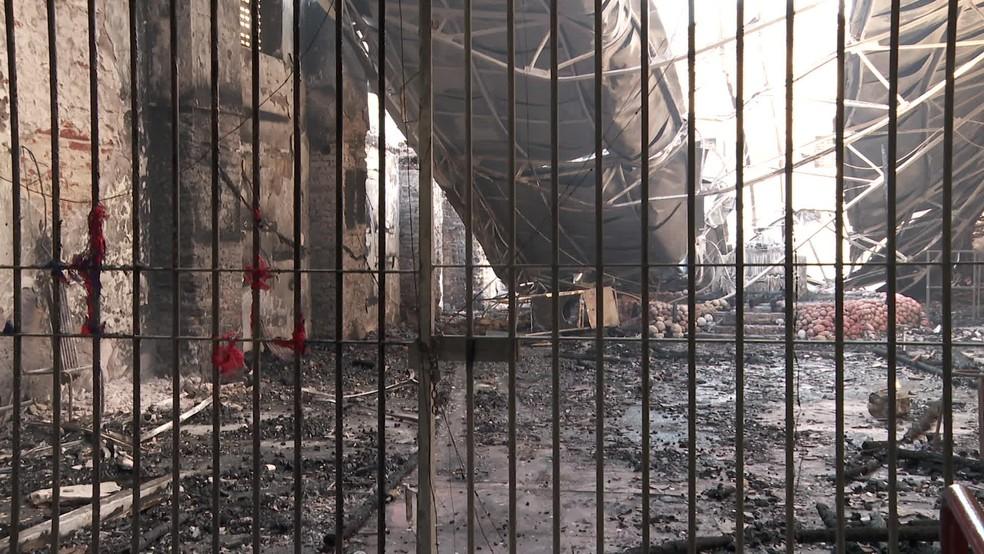 Cenário era de destruição no local onde funcionava o Mercado de Artesanato de Itapissuma — Foto: Reprodução/TV Globo
