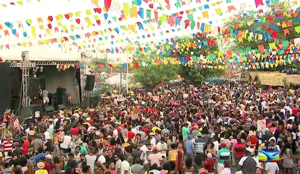 Grupos de Bumba meu boi e fiéis participam de festa em comemoração a São Pedro em São Luís.  (Foto: Reprodução/TV Mirante)