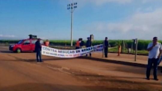 Funcionários de concessionária que administra a BR-262 fazem protesto em Perdizes