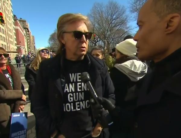O cantor Paul McCartney lembrando de John Lennon durante uma marcha contra armas (Foto: Reprodução)