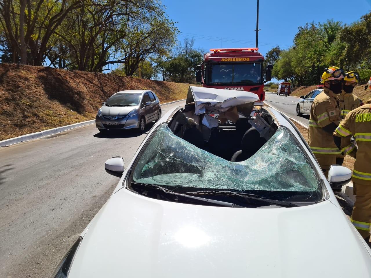Após acidente, bloco de concreto é arremessado e destrói teto de carro no DF