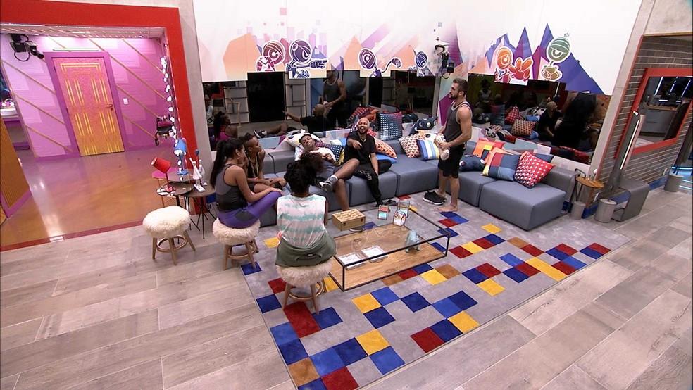 Arthur fala com Karol Conká sobre indicação de Carla Diaz ao Paredão, e cantora afirma: 'Claro que não'  — Foto: Globo