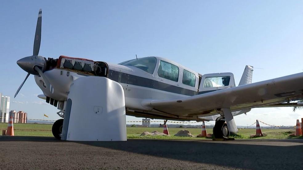 Aeronave poderá ser visitada nesta terça-feira (30< um dia antes do leilão — Foto: TV TEM/Reprodução