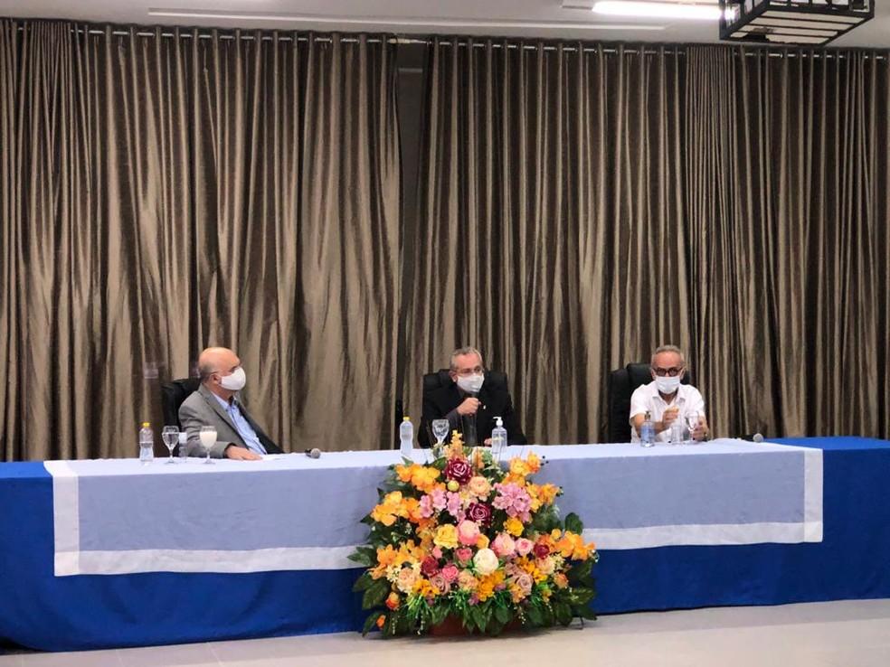 Ministro da Educação, Milton Ribeiro, em visita à UFPB, em João Pessoa, nesta segunda-feira (26). Ao seu lado, o reitor da UFPB, Valdiney Gouveia e o prefeito de João Pessoa, Cícero Lucena — Foto: Divulgação/UFPB