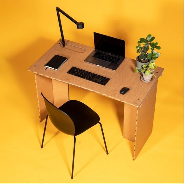 Designers criam mesa de papelão para ajudar em home office