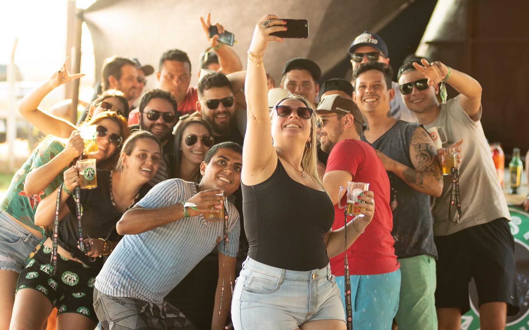 Em busca de diversão, hóspedes curtem festas que duram 24 horas por dia em Barretos, SP