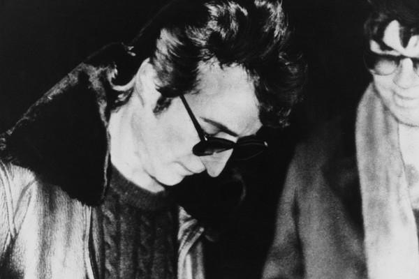 John Lennon dá autógrafo para Mark David Chapman, que poucas horas depois o matou com quatro disparos (Foto: Getty Images)