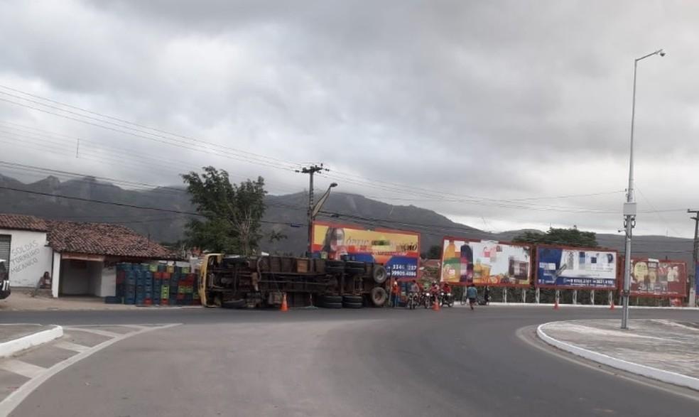 Caminhão tomba em rotatória de rodovia no norte do Ceará