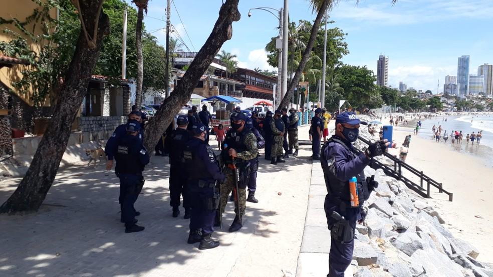 Fiscais da prefeitura, guarda municipal e PM dispersam banhistas desrespeitando decreto de toque de recolher na praia de Ponta Negra, em Natal. — Foto: Cedida