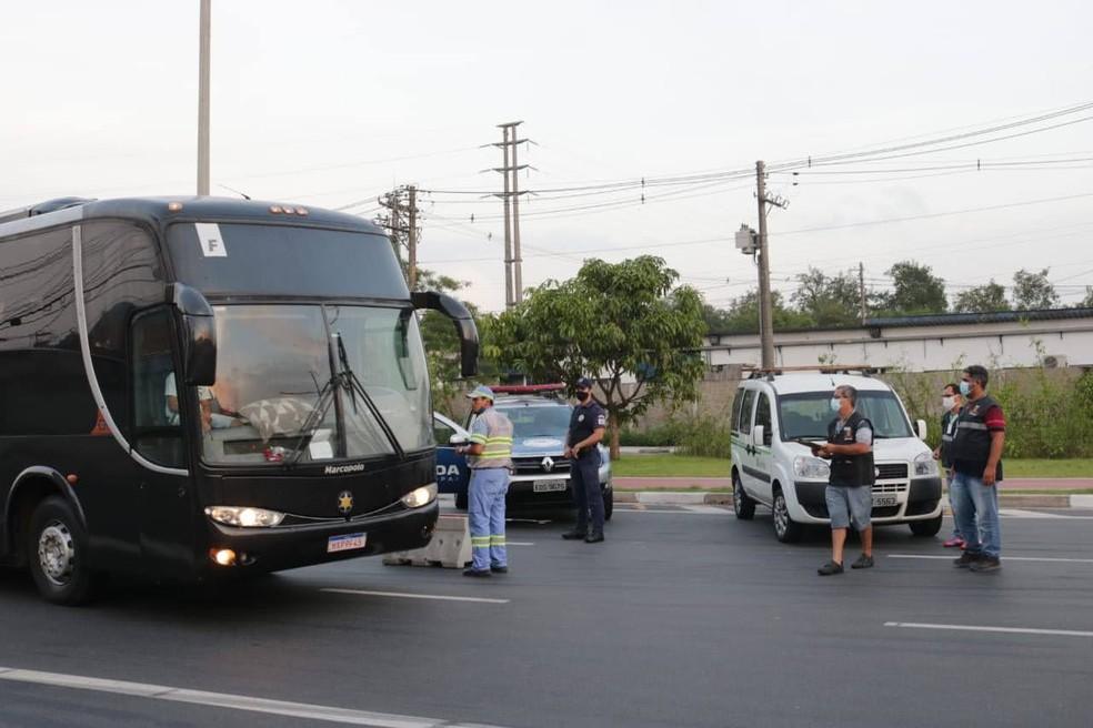 Barreiras sanitárias serão instaladas em Santos para impedir que vans e ônibus de turismo adentrem a cidade — Foto: Marcelo Martins/Prefeitura de Santos
