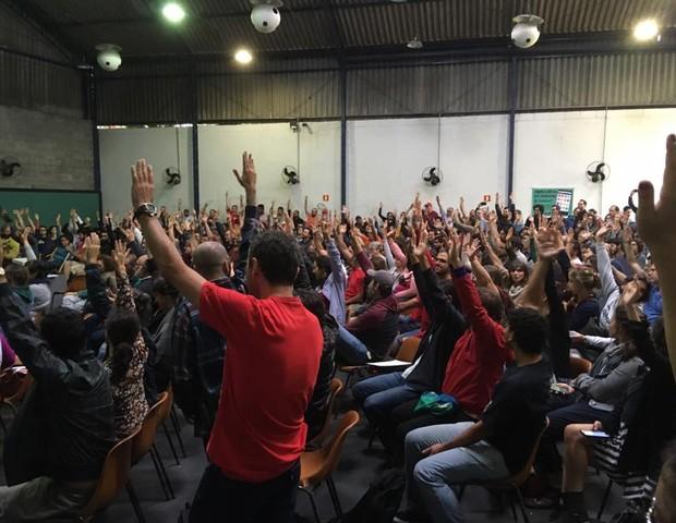 Professores decidem paralização em assembleia na sede do Sinpro, em foto de 19 de maio (Foto: Reproduçã / Facebook / A voz rouca)