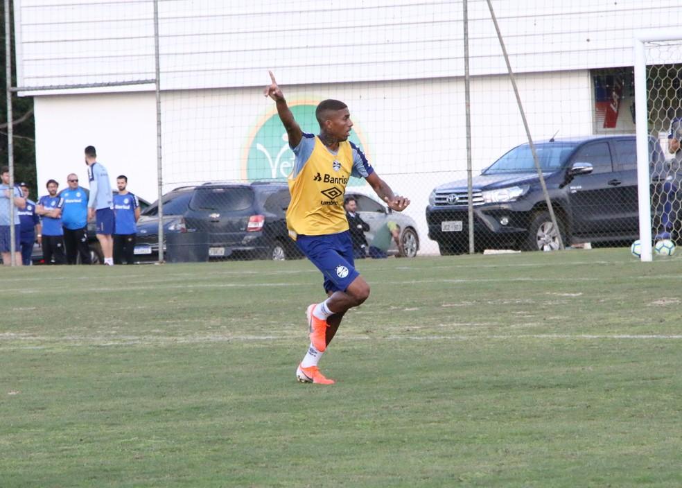 Jean Pyerre em treino do Grêmio em Viamão — Foto: Matheus Beck / GloboEsporte.com