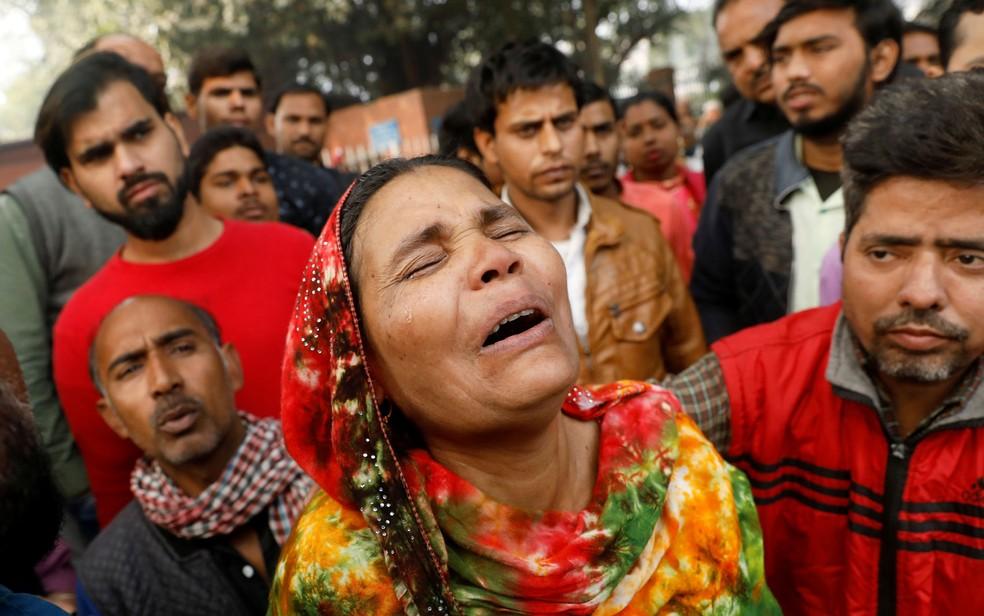 Parente de uma vítima de um incêndio em fábrica na Índia chora na frente de um hospital — Foto: Adnan Abidi / Reuters