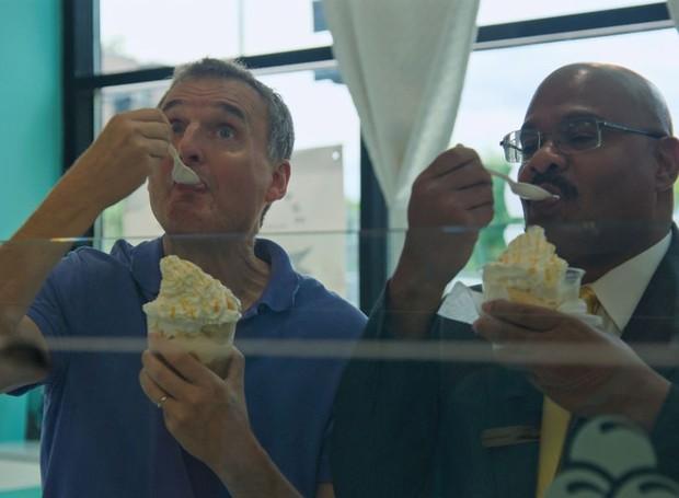 En la serie 'Lazy Feed Bill', el presentador Philip Rosenthal se deleita con deliciosa comida de una variedad de ciudades, como este típico helado de Chicago (EE. UU.) (Foto: Revelation / Netflix).