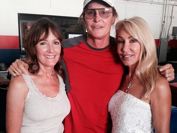 Caitlyn Jenner, ainda Bruce Jenner, com suas ex-mulheres Chrystie Crownover e Linda Thompson  (Foto: Reprodução/Instagram)