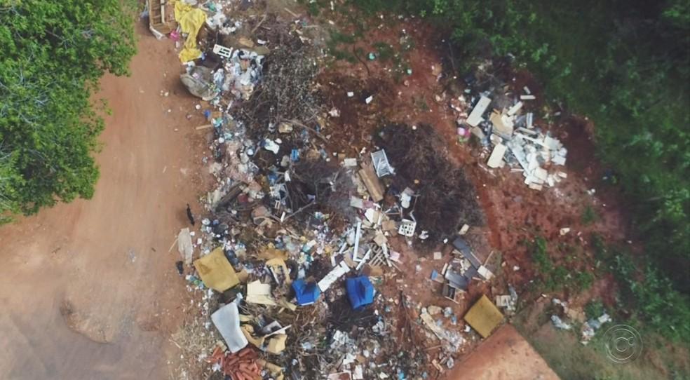 Imagem de descarte irregular de lixo feito por drone em Rio Preto — Foto: Reprodução/TV TEM