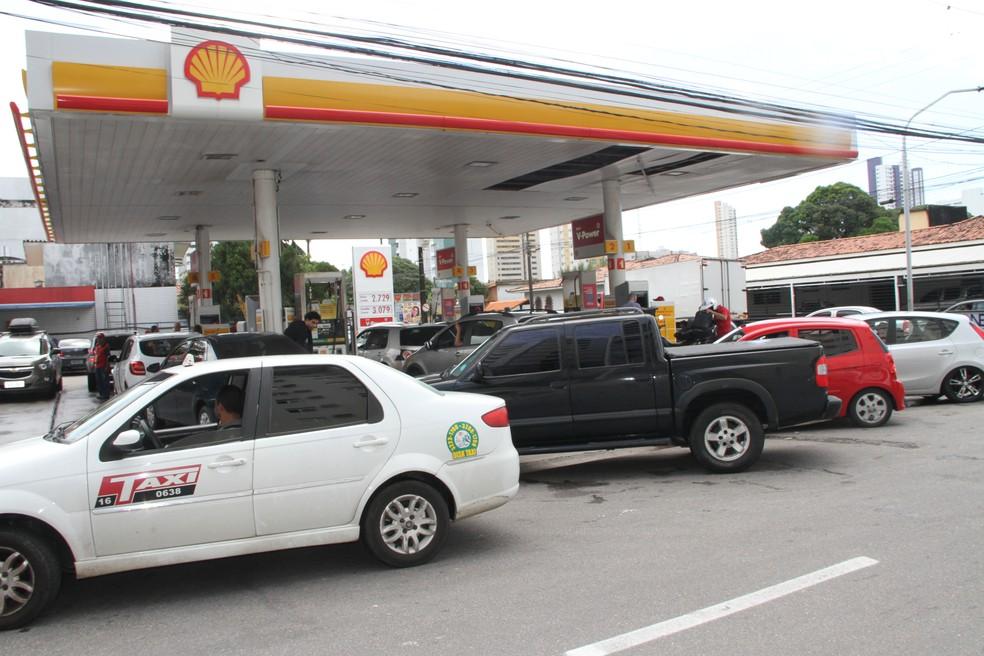 Motoristas fazem fila para conseguir gasolina mais barata em João Pessoa (Foto: Artur Ferraz/G1)