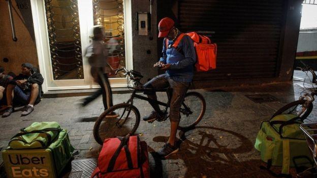 Na região da avenida Paulista, o horário de pico para os entregadores começa às 19h (Foto: LINCON ZARBIETTI, via BBC News Brasil)