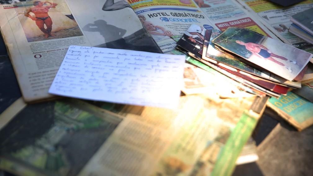 Recortes de jornais com reportagens de Robert — Foto: Jorge Soares/G1