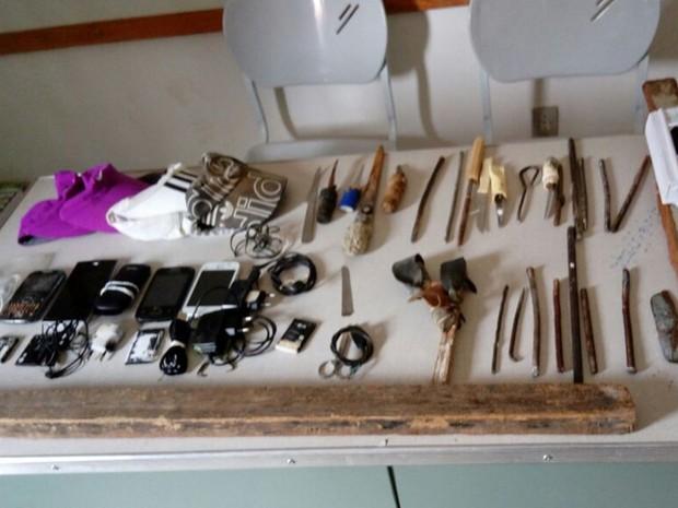Agentes encontrara celulares e armas artesanais, em presídio de Sousa (Foto: Weskley Lira/Seap)
