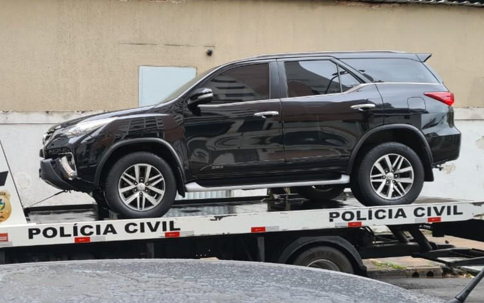 Um dos 16 veículos apreendidos durante a operação — Foto: Polícia Civil/Divulgação