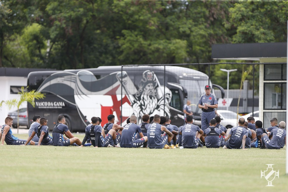 Vanderlei Luxemburgo orienta grupo do Vasco em treino no CT, neste sábado — Foto: Rafael Ribeiro/Vasco da Gama