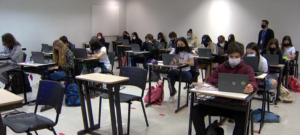 Estudantes em escola de Uberlândia — Foto: TV Integração/Reprodução