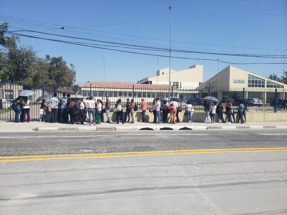Fila de interessados em assistir júri de Rayane se forma em frente ao fórum, em Mogi das Cruzes — Foto: Carolina Paes/TV Diário