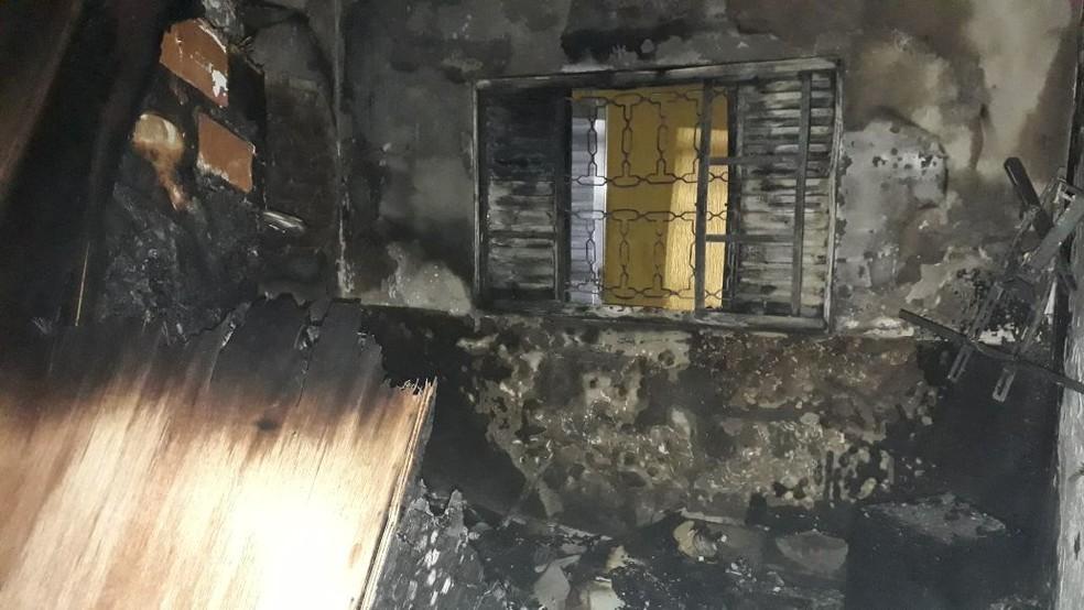 Casa foi destruída pelas chamas em março em São José dos Campos; fogo começou em um carregador (Foto: Divulgação/Bombeiros)