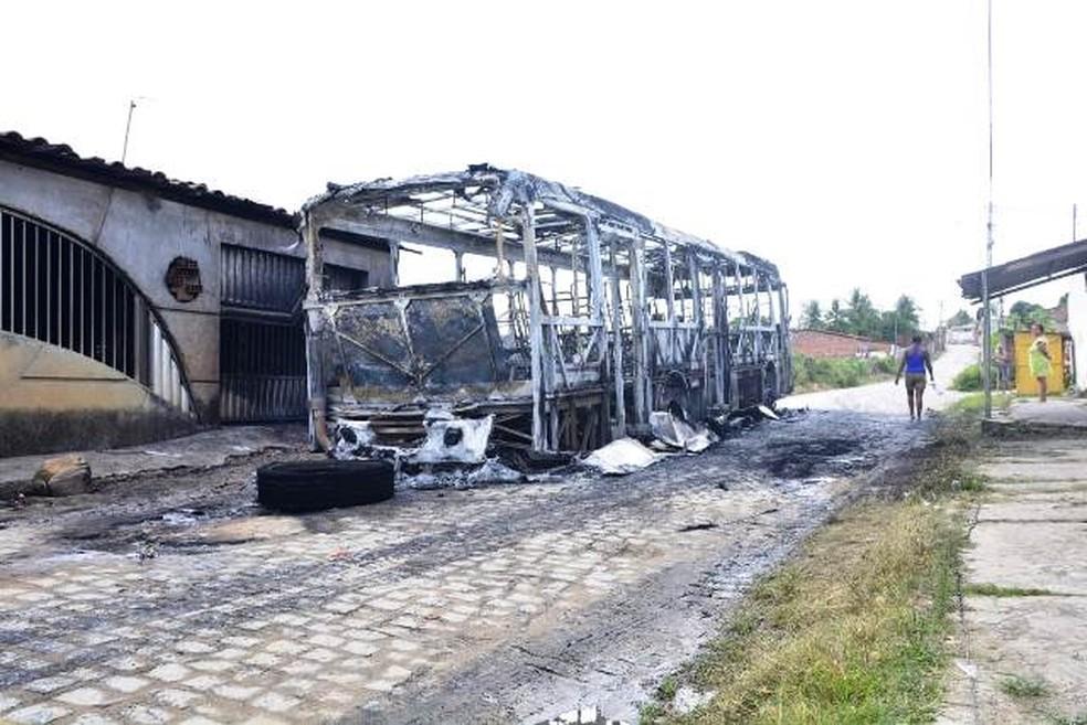 Ônibus é incendiado e passageiros são saqueados após morte em confronto em Feira — Foto: Ed Santos/Acorda Cidade
