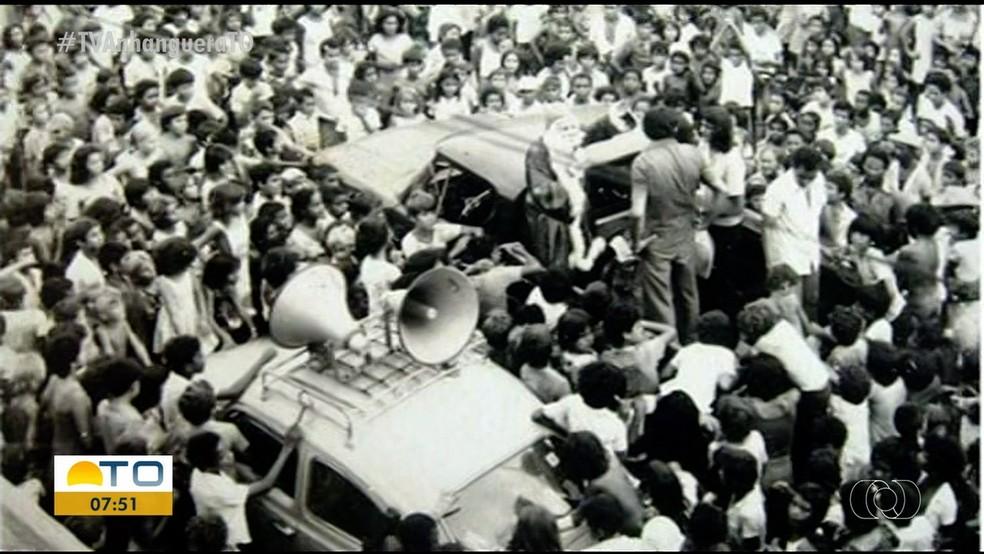 No início de Araguaína, Papai Noel reunia multidão nas ruas — Foto: Reprodução/TV Anhanguera