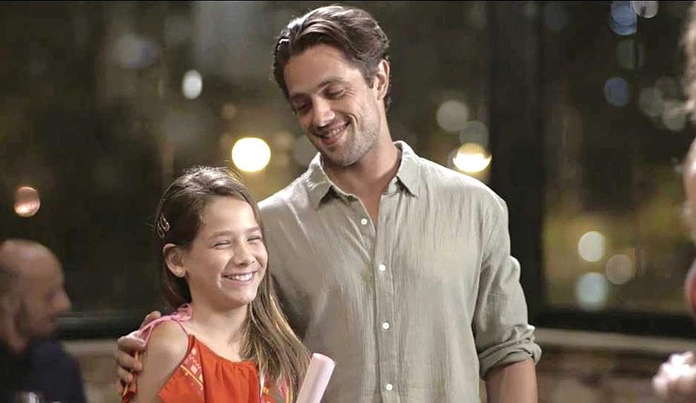 Daniel (Rafael Cardoso) brinca com Priscila (Clara Galinari) em 'Espelho da Vida' — Foto: TVGLOBO
