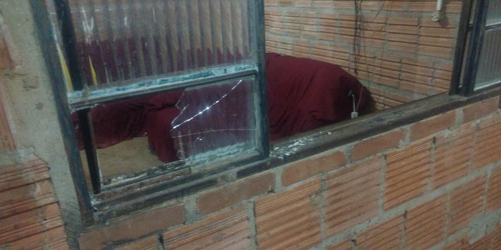 Janela quebrada por adolescente para entrar em casa no Jardim Canguru, em Campo Grande (MS), na madrugada deste sábado (13) (Foto: Arquivo Pessoal/Vítima)