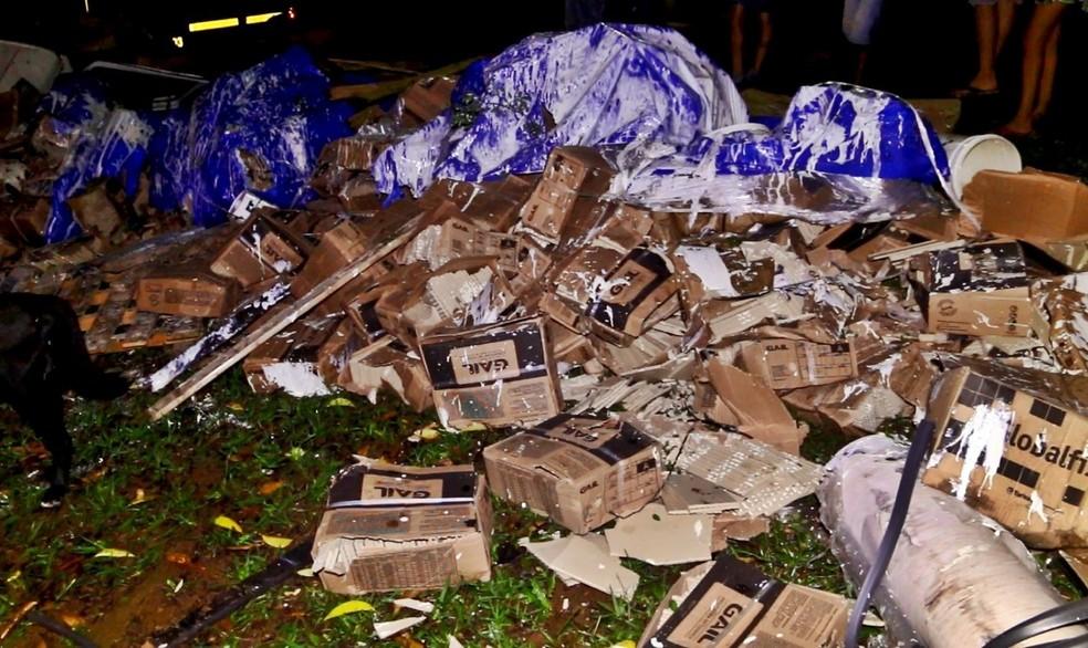 Parte da carga de pisos de cerâmica ficou espalhada pela pista — Foto: Jaderson Rodrigues