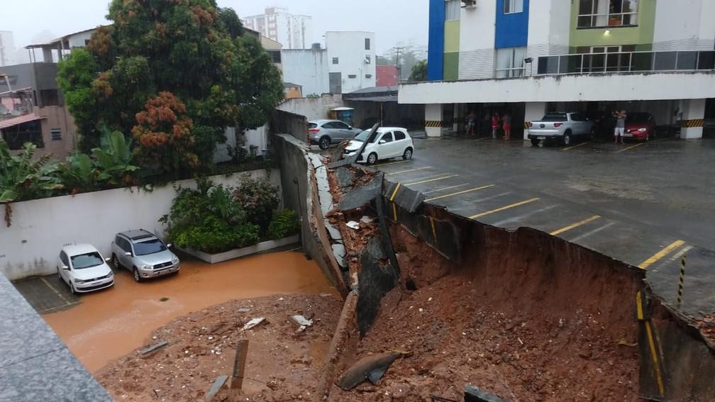 Parte de estacionamento de prédio desaba com barranco e carro cai no Imbuí, em Salvador — Foto: Arquivo Pessoal