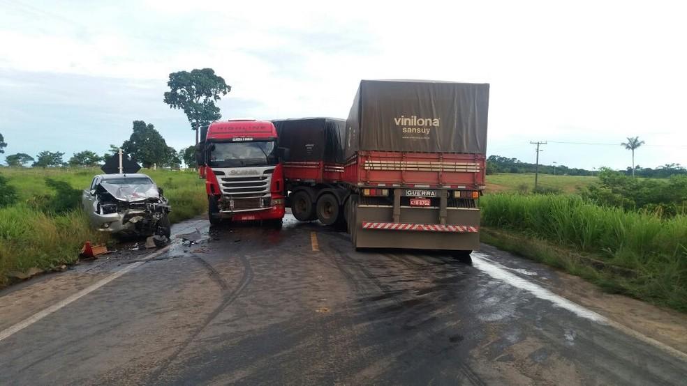 -  Carreta invadiu pista contrária e atingiu caminhonete na BR-364  Foto: PRF/Divulgação