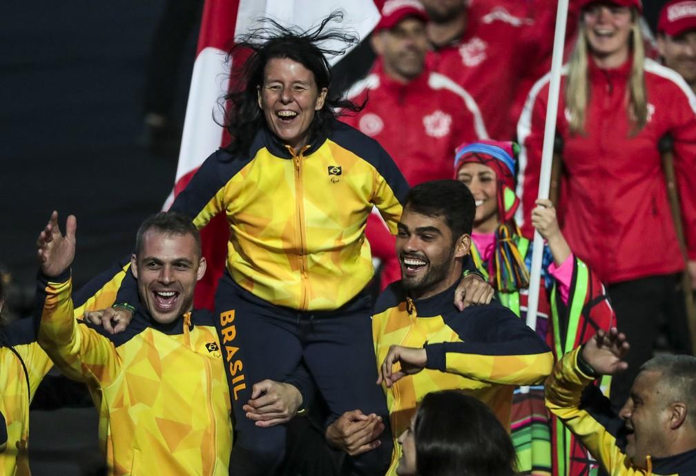 A nadadora Susana Schnarndorf se diverte durante a cerimônia de abertura Parapan  — Foto: Ale Cabral/CPB