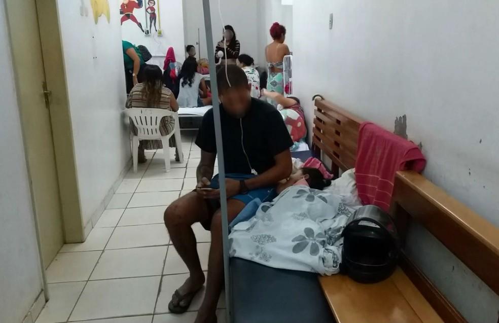 Encontrar pacientes internados em bancos é crônico e cenário é visto em outros hospitais também — Foto: CRM-AP/Divulgação