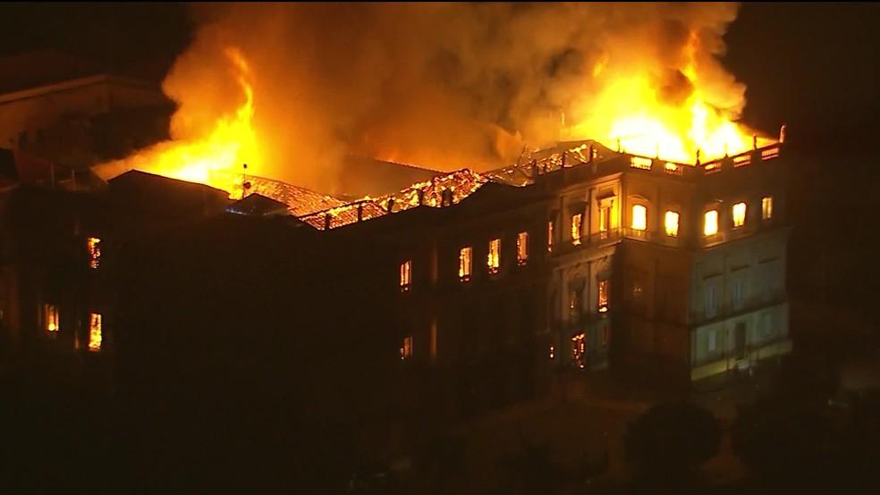 Imagem aérea de incêndio no Museu Nacional do Rio — Foto: Reprodução/ TV Globo