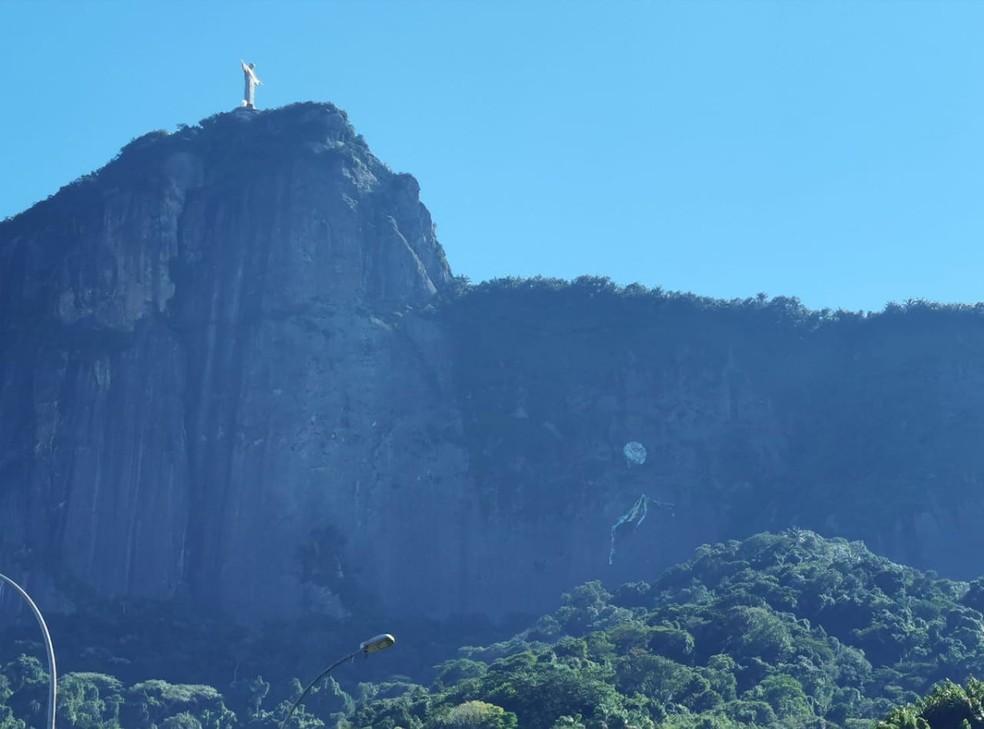 Balão fica preso em encosta perto do Cristo Redentor — Foto: Marcos Serra Lima / G1