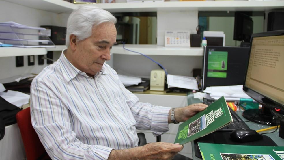 Ex-prefeito Carlos Mangueira mostra revista que afirma que João Pessoa é a segunda cidade mais verde do mundo, que foi distribuída na Eco-92 (Foto: Krystine Carneiro/G1)