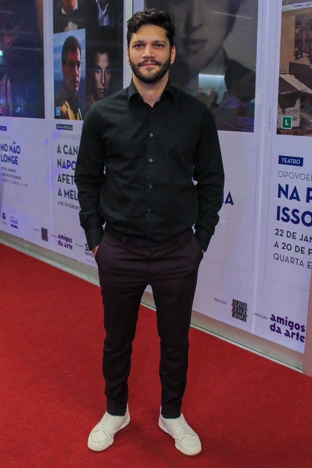 Armando Babaioff no tapete vermelho do Prêmio APCA 2020 (Foto: AgNews)