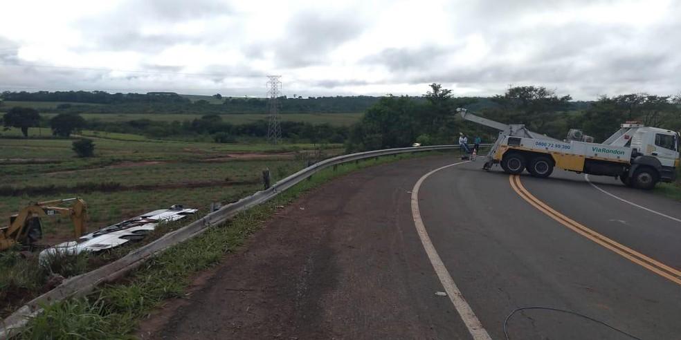 Acidente com ônibus de sacoleiros deixa mortos e feridos na rodovia Marechal Rondon, em Mirandópolis — Foto: Eduardo Monteiro/TV TEM