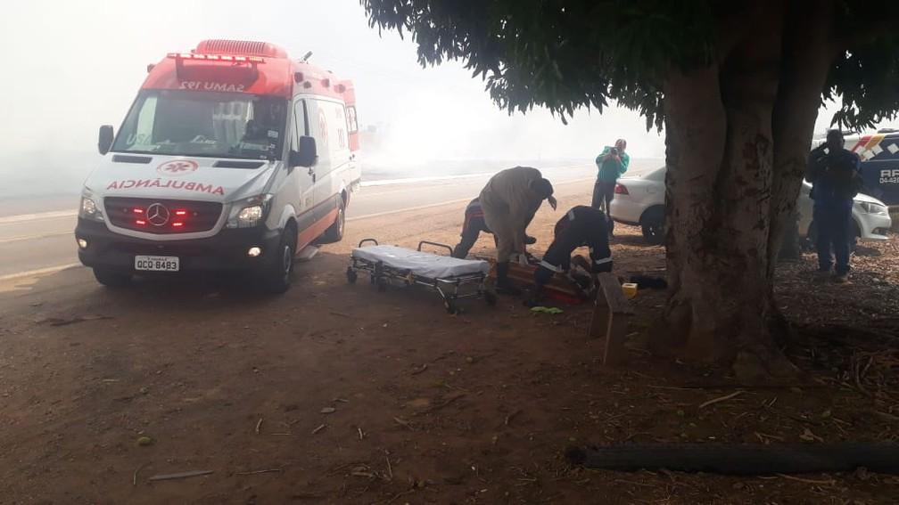 Motorista que transportava cigarro contrabandeado tentou fugir da polícia e capotou o veículo em Rondonópolis — Foto: Polícia Militar de Mato Grosso/Assessoria