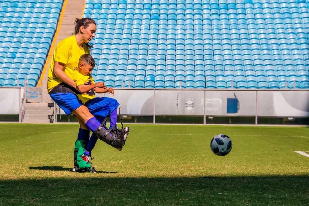 Graças a bota especial, crianças podem chutar a gol (Foto: Joe Beck)