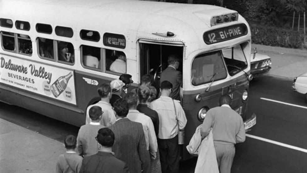 -  Sistema de segregação impedia que brancos e negros compartilhassem assentos de ônibus em Montgomery  Foto: Getty Images