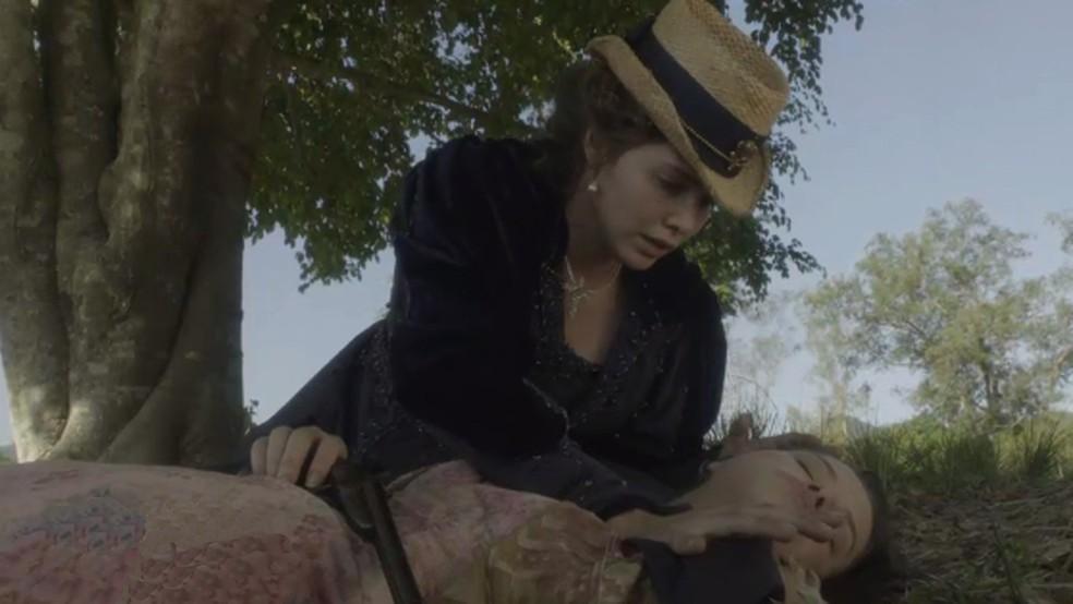Leopoldina (Letícia Colin) salva Domitila (Agatha Moreira) da morte, em 'Novo Mundo' — Foto: TV Globo