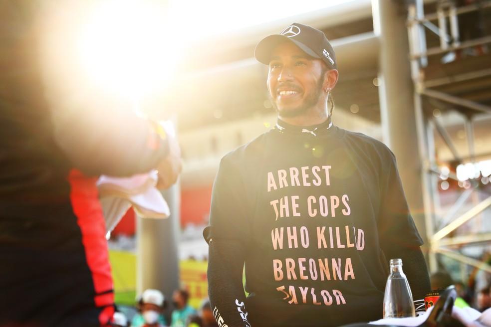 Lewis Hamilton com a camisa de protesto que ele exibiu no GP da Toscana e foi criticada por Vitaly Petrov — Foto: Dan Istitene/F1 via Getty Images