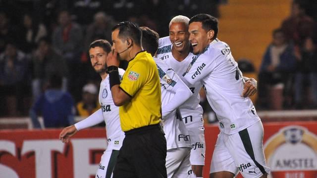 Gómez e Deyverson comemoram o primeiro gol do Palmeiras