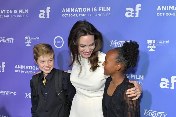 Angelina ao lado das filhas Shiloh e Zahara (Foto: Getty Images)